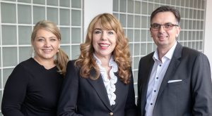 """Gemeinsam mmit Karin Schaumberger (links) wird Michael Führlinger die Geschäftsführung bei emporia Deutschland übernehmen. Eigentümerin Eveline Pupeter (mitte): """"Ich bin sehr zuversichtlich, dass wir gemeinsam unser Ziel, Markführer in Europa zu werden, erreichen."""""""