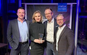 Im Rahmen der EuroShop 2020 bekam MediaMarktSaturn den reta Award in der Kategorie Best Enterprise Solution für ein Category Management System auf KI-Basis verliehen. Im Bild v.l.n.r.: Marc Callanan (CB4), Sonja Moosburger (MediaMarktSaturn N3XT), Dr. Christopher Bayer (MediaMarktSaturn N3XT), Zach Zigelbaum (CB4). (Foto: MediaMarktSaturn)