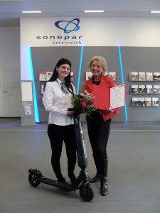 Den ersten Platz im Energiespar-Quiz belegt Sharon Podrzaj, die ihre Ausbildung bei der Firma Sonepar in Klagenfurt absolviert. Ihr gratuliert Christine Kühr, Vorsitzende des Fachausschusses Lehrlingsausbildung und Weiterbildung im Bundesgremium.