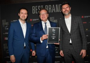 "Konsumenten wählten WMF zur ""besten Marke Deutschlands"". V.l.n.r. im Bild: Dr. Stephen Schuster (VP Brand Marketing & Product Communications), Oliver Kastalio (CEO WMF Group) und Martin Ludwig (SVP International Strategy & Product Creation) bei der Best Brands Gala 2020. (Foto: WMF)"
