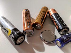 Anlässlich des Tages der Batterie am 18. Februar macht die EAK erneut auf die Relevanz der richtigen Handhabung von Batterien/Akkus aufmerksam und informiert über die sachgemäße Sammlung und Entsorgung. (Bild: EAK)