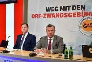 """FPÖ-Obmann Norbert Hofer (re.) und Generalsekretär Michael Schnedlitz bei der Präsentation ihrer """"Infokampagne"""". Die Vorschläge zur legalen Umgehung der GIS-Gebühren stoßen bei Branchenvertretern allerdings auf wenig Gegenliebe."""