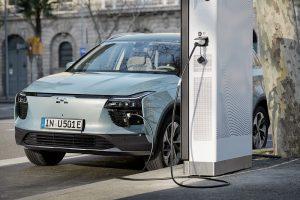 Künftig wird man sich bei deutschen Euronics Händlern auch über Elektroautos der Marke AIWAYS informieren können.