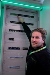 Smarthome 360-GF René Seedorfer mit dem Herz des neu eröffneten Schau-Smarthomes, dem Verteiler samt Miniserver von Loxone: