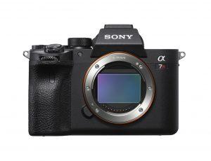 Bei den Profi-Kameras konnte Sony mit der A7RIV punkten. Die Vollformatkamera wartet mit einem CMOS-Sensor mit 61,2 MP Auflösung auf.