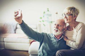 Viele Senioren sind derzeit isoliert und können den Kontakt mit Kindern und Enkelkindern nur schwer aufrechterhalten. Emporia und der steirische Telekom-Händler TC Telekomcenter bietet deswegen nun fix, fertig vorinstallierte Smartphones für Senioren an.