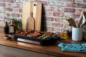 George Foreman präsentiert seinen Smokeless BBQ Grill, der 80% weniger Rauch produziert, wie der Hersteller sagt.