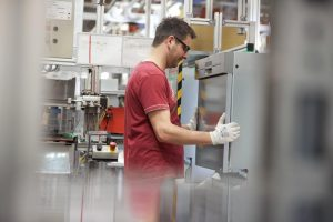 Produktionen wurden heruntergefahren, Mitarbeiter in Kurzarbeit geschickt, Waren hingen an den Grenzen fest - Corona hat zugeschlagen. Jetzt wird das Business allerdings wieder langsam hochgefahren. (Bild: BSH)