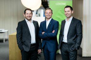 Eigentümer und Mitgründer Thomas Moser (l.) und Martin Öller (r.) sowie Geschäftsführer Rüdiger Keinberger sehen im Loxone Campus auch das perfekte Vertriebswerkzeug für den Smart Home-Spezialisten.