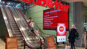 MediaMarktSaturn stattet seine Märkte (zunächst in Deutschland) mit digitalen Einlassampeln aus, um die Einhaltung der zulässigen Kundenzahl auf der Fläche zu sichern. (Foto: MediaSaturn)