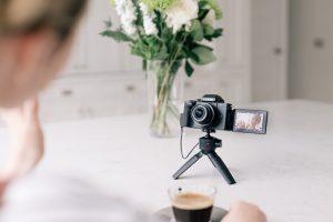 Lumix G110 – eine extrem kompakte Systemkamera mit großem MFT-Sensor und 20 Megapixeln, hochauflösendem Sucher, frei beweglichem Display sowie 4K-Video mit OZO Audio-System.