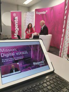 Gastgeberin Maria Zesch, CCO Business & Digitalization von Magenta, und Zukunftforscher Matthias Horx beim T-Breakfast von Magenta.