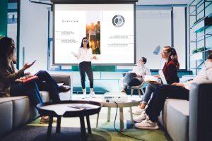 Schnell einsetzbar, plattformunabhängig und die Fähigkeit, sofort Inhalte von Smartphones, Tablets oder Notebooks zu spiegeln, prädestinieren das neue Trio von Business-Beamern von BenQ zum Einsatz in Agenturen oder Meetings.
