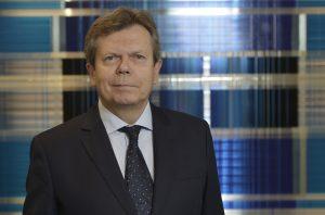 Die Corona-bedingte Schwächung macht viele Unternehmen zu Übernahmezielen – FEEI-GF Lothar Roitner begrüßt das neue Investitionskontrollgesetz, um dieser Gefahr entgegenzuwirken.