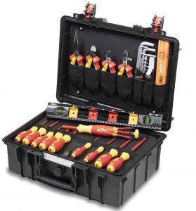Die robuste Kofferkonzeption beinhaltet eine wesentliche Grundausstattung an Profiwerkzeugen nach höchsten Qualitätsstandards für elektrotechnische Anwendungen.