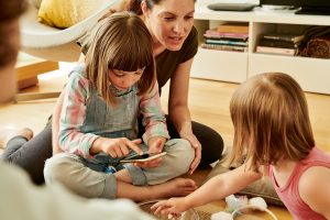 """Der Tarif """"Mobile Junior"""" ermöglicht Kindern den Einstieg in die Smartphone-Welt und Eltern dabei volle Kostensicherheit und Verwaltung der Internetnutzung."""