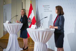 Bundesministerin Leonore Gewessler hat gemeinsam mit ihrer Amtskollegin Alma Zadic ein neues Maßnahmenpaket für die E-Mobilität vorgestellt: Die Initiative