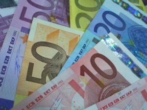 Corona-bedingt wird immer weniger mit Bargeld bezahlt, wie BCG herausgefunden hat. (Bild: Claudia Hautumm/ pixelio.de)