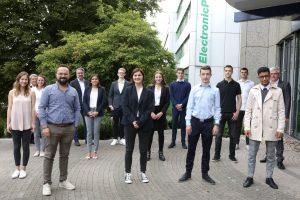 Mit Abstand, aber persönlich: Die ElectronicPartner Vorstände Friedrich Sobol und Karl Trautmann begrüßen zusammen mit Vertretern der Personalabteilung zehn neue Auszubildende am Standort Düsseldorf.
