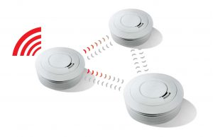 Die bidirektional vernetzbaren Funkrauchmelder von Ei Electronics arbeiten nach dem Repeater-Prinzip. Die Melder können das Alarmsignal nicht nur empfangen, sondern auch an alle anderen Netzwerkteilnehmer weitergeben, die in ihrer Reichweite liegen.