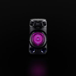 Das V13 ist mit zwei vorderen Hochton-Lautsprechern ausgerüstet, die den Schall im ganzen Raum verteilen. Die neu entwickelte Konstruktion erhöht die Festigkeit des Gehäuses, liefert sattere Bässe und macht den Klang noch klarer.
