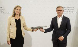 Austro Control Geschäftsführerin Valerie Hackl & Staatssekretär Magnus Brunner bei der Vorstellung des neuen Drohnenpakets.