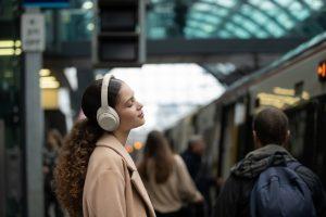 Ob auf Reisen oder beim Entspannen im Café, der neue Kopfhörer WH-1000XM4 soll durch die verbesserte Reduzierung von Geräuschen hoher und mittlerer Frequenz die beste Noise-Cancelling-Leistung bieten, die es je bei Sony gab.