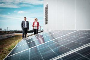 """Bundesministerin Leonore Gewessler und Energie Kompass Geschäftsführer Andreas Schneemann: Bereits 2021 können Haushalte und KMUs selbstständig, energie- und kostensparend grünen Strom über eigene """"Kraftwerke"""" produzieren und nutzen – und werden damit aktiver Teil der Energiewende."""