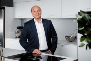 """HAKA Küche blickt auf 90 Jahre im Küchengeschäft zurück. Mit 1. August 2020 hat Mag. Mario Stifter (im Bild) die Geschäftsführung der HAKA Küche GmbH übernommen. """"Damit soll der erfolgreiche Weg des Unternehmens für die kommenden Jahre weiter fortgesetzt werden"""", so die HAKA Küche GmbH. (Bild: HAKA)"""