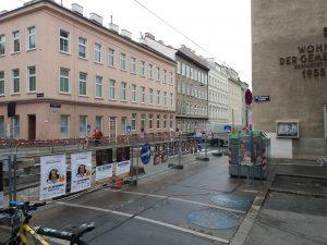 Auch Gehsteig- und Fahrbahnflächen wie hier im 16. Wiener Gemeindebezirk sind gut geeignet, um Erdwärmesonden herzustellen. Diese können z.B. im Zuge von Straßenbauarbeiten miterrichtet werden.