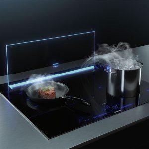 Edle Weltneuheit mit Glas in leitender Funktion – der glassdraftAir Tischlüfter sieht nicht nur gut aus, sondern saugt auch die Wrasen zielgenau ab.