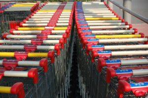 Wie eine Marketagent-Umfrage in Österreich und Deutschland zeigt, ist der Ekel der Konsumenten vor Einkaufswagen im Handel groß. (Bild: khv24/ pixelio.de)