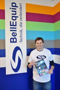 Unternehmensgründer und Geschäftsführer Martin Hinterlehner mit dem druckfrischen Bell-Up-to-Date Magazin.