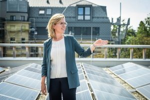 Klimaschutzministerin Leonore Gewessler präsentierte umfangreiche Ausbaupläne für PV-Anlagen.