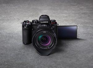 Die neue LUMIX S5 vereint die Vorzüge einer Vollformat-Kamera und leistungsfähige Features in einem äußerst kompakten und robusten Gehäuse.