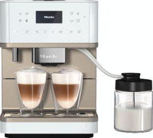 Der neue Stand-Kaffeevollautomaten CM6 MilkPerfection soll seine Stärken insbesondere bei Getränkevariationen mit Milch ausspielen, wie Miele sagt.