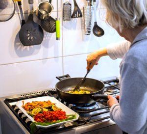 Auch in Deutschland boomt der Hausgerätemarkt weil corona-bedingt vermehrt zuhause gekocht und gebacken wird. (Bild: Rainer Sturm/ pixelio.de)