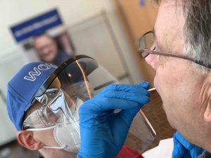 Teilnehmer eines Katzenbeisser-Seminars können nun vor Veranstaltungsbeginn einen SARS-CoV-2 Antigen-Schnelltest durchführen lassen. Medizinisches Fachpersonal nimmt dabei einen Abstrich von der Wangeninnenseite.