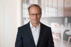 """Service&More Geschäftsführer Christian Wimmer sagt: """"Der österreichische Einrichtungssektor kommt aus heutiger Sicht mit einem halben blauen Auge davon. Das ist viel mehr, als wir noch im Frühjahr erwarten konnten."""" (Foto: Service&More)"""