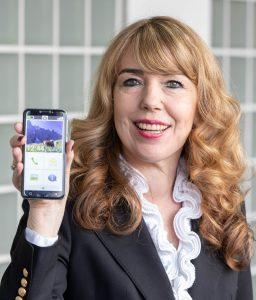 """In der Corona-Pandemie ist die Bereitschaft der Senioren, sich mit digitaler Kommunikation und Smartphones zu beschäftigen gestiegen. """"Wir sehen, dass jetzt auch mmer mehr Menschen im Rentenalter das Smartphone für sich entdecken"""", sagt Eveline Pupeter, Geschäftsführerin von emporia Telecom. """"Gerade im Bereich der Smartphones mit passenden Funktionen gibt es einen großen Wachstumsmarkt. Die Nutzung von digitalen Medien wird mittlerweile auch bei den Seniorinnen und Senioren immer beliebter."""""""