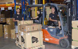 Unter der Leitung von Mirza Sejmenovic (li.) geht die Ware vom Lager nahe Eisenstadt an die Kunden. Unterstützt wird er dabei ua von Michael Hager und Afan Sejmenovic (re.).