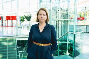 """Barbara Leithner, COO Reed Exhibitions Österreich, informiert darüber, dass die """"Bauen + Wohnen Salzburg 2021"""" abgesagt wird. (Foto: Reed Exhibitions/ Sebastian Datzreiter)"""