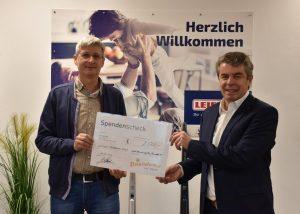 Leifheit GF Gerhard Laselsberger (re.i.B.) übergab einen symbolischen Scheck im Wert von 2.500 Euro an Harald Jankovits, den Geschäftsführer des Sterntalerhofs. (Foto: Leifheit)