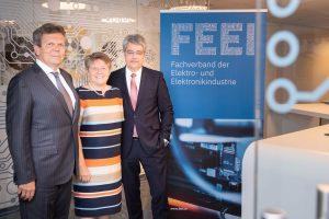 Wolfgang Hesoun (rechts im Bild), Vorstandsvorsitzender der Siemens AG Österreich, wird dem FEEI für weitere fünf Jahre vorstehen. Mit ihm im Bild Brigitte Ederer (Mitte) und Lothar Roitner (links). (Foto: FEEI)