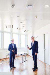 Peak Vienna Asset Manager Herwig Schweighofer und Drei CEO Jan Trionow bei der Präsentation des ersten 5G-Campus-Netzes Österreichs in einem Büro-Tower.