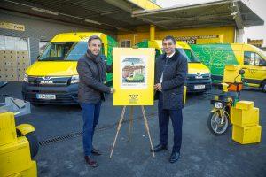 Der Grazer Bürgermeister Siegfried Nagl (li.) und Peter Umundum, Vorstand für Paket & Logistik der Österreichischen Post AG, bei der Inbetriebnahme des 2.000. E-Fahrzeugs – am Ende des Jahres sollen schon 2.100 E-Fahrzeuge im Einsatz sein.