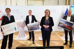 Im Bild v.l.n.r.: Theresia Vogel (Geschäftsführerin Klima- und Energiefonds), Peter Prasser (Geschäftsführer KIOTO Photovoltaics GmbH), Klimaschutzministerin Leonore Gewessler, Ingmar Höbarth (Geschäftsführer Klima- und Energiefonds).