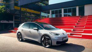 Im November lag der Anteil der E-Autos bei Neuzulassungen erstmals über zehn Prozent und zum ersten Mal war mit dem VW ID3 auch ein E-Auto unter den Top drei Neuzulassungen.