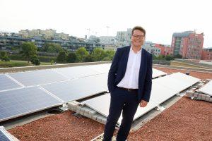 Klimatstadtrat Jürgen Czernohorszky mit der 28 kWp PV-Anlage auf dem Dach der Ganztagsvolksschule in der Carlbergergasse in Wien-Liesing.