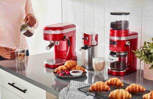 """KitchenAid nimmt sich der Kunst der Espressoherstellung an und präsentiert die halbautomatische Artisan Espressomaschine (im Bild Empire Red). """"Diese ermöglicht Kaffeespezialitäten in Barista-Qualität für Zuhause."""", sagt der amerikanische Küchengerätehersteller. (Bild: KitchenAid)"""